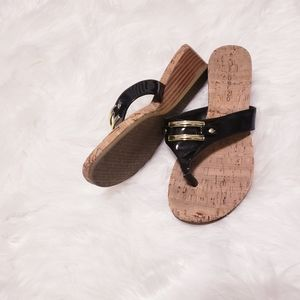 Bandolino bd7beheard black sandal with gold buckle